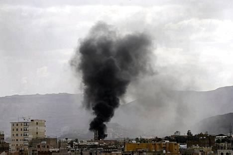 Armeijan tukikohta savusi Jemenin pääkaupungissa Sanaassa Saudi Arabian johtaman liittouman pommitusten jäljiltä.