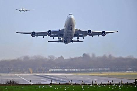 Lentokoneet laskeutuivat Gatwickin lentokentälle kentän avauduttua uudelleen viime perjantaina. Kenttä oli suljettuna lennokkihavaintojen vuoksi.