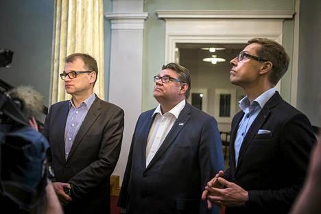 Hallitusneuvottelujen pääkolmikko Juha Sipilä (kesk), Timo Soini (ps) ja Alexander Stubb (kok) Smolnassa sunnuntaina.