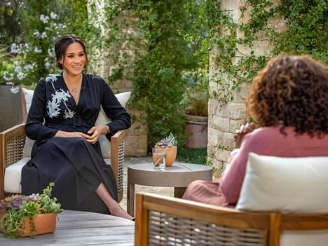Meghan Markle puhui haastattelussa Oprah Winfreylle brittimedian taholta kohtaamastaan rasismista.