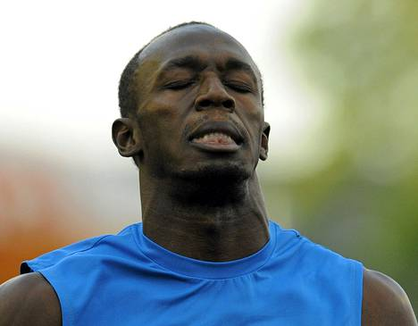 Usain Bolt näytti pettyneeltä Ostravan satasen jälkeen.