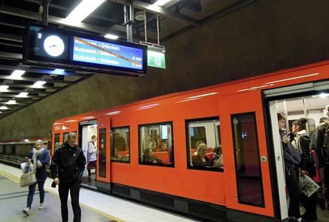 Metroverkon toimivuutta koeteltiin taas torstaina, kun Länsimetroa on koeajettu varhaisesta aamusta iltamyöhään. Kuva on Sörnäisten asemalta Helsingistä.