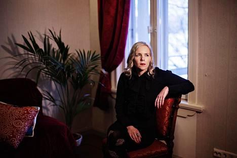 Venla Hiidensalo on kirjoittanut Sinun tähtesi -romaanin työhuoneellaan Helsingin kirjailijatalossa.