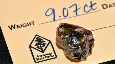 Arkansasin timanttipuiston kuva heinäkuussa löydetystä 9,07 karaatin timantista.