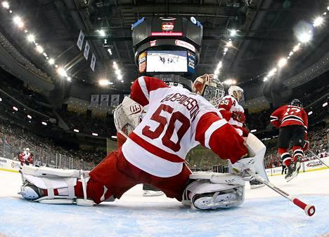 Jonas Gustavsson venyi huikeaan torjuntaan perjantain NHL-kierroksella.