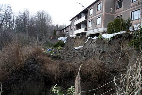 Rinne on sortunut Tampereella sijaitsevan asuintalon alta lähes kauttaaltaan ja jättänyt näkyviin talon perustukset.