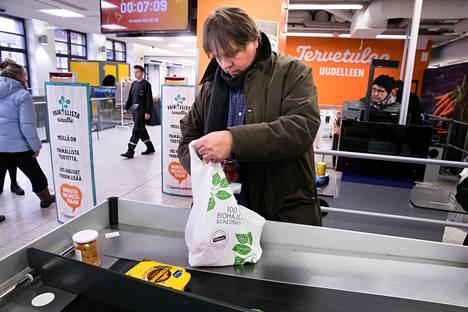 Kari Kivinen pakkasi lauantaina ostoksena biohajoavaan muovikassiin. Hän käyttää biokasseja pienempien ostosten kanssa ja usein autosta löytyy myös kestokassi isommille ostoksille.