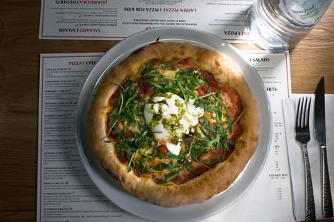 Massimo-pizzan keskellä oli pallo burratajuustoa.