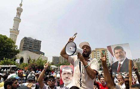Egyptin syrjäytetyn presidentin Muhammed Mursin kannattajat huusivat iskulauseitaan lähellä Rabaa al-Adawiya -moskeijaa torstaina.
