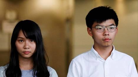 Agnes Chow ja Joshua Wong päästettiin vapaaksi takuita vastaan perjantaina joitakin tunteja kiinniottonsa jälkeen.