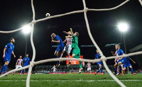 Paulus Arajuuri ja Lukas Hradecky tavoittelivat Kroatian keskityspalloa.