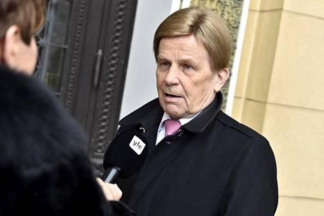 Keskustan Mauri Pekkarinen saapui johtamansa yritystukia pohtineen parlamentaarisen työryhmän kokoukseen Helsingin Säätytalolle keskiviikkona.
