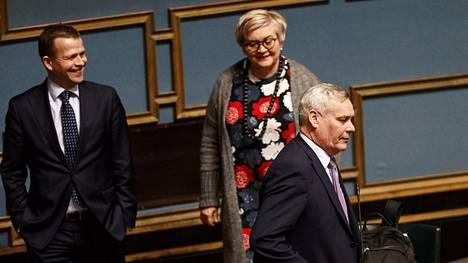 Valtiovarainministeri Petteri Orpo, kunta- ja uudistusministeri Anu Vehviläinen ja Sdp:n Antti Rinne (oik.) eduskunnan täysistunnossa Helsingissä 27. helmikuuta 2018.