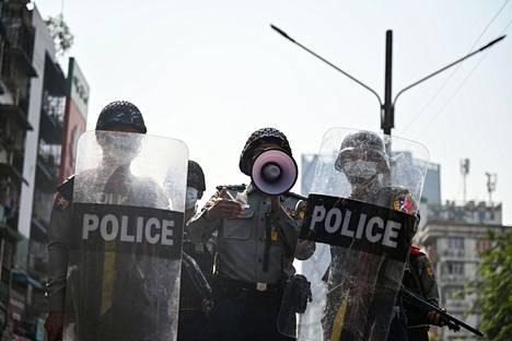 Poliisi puhui mieleosoittajille kovaäänisen kanssa.