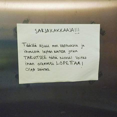 Lukijan kuva espoolaisen taloyhtiön sarjakakkaajalle osoitetusta lapusta.