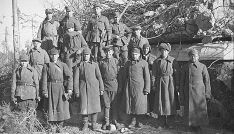 Räjäytetty bunkkeri Summassa vuonna 1941. Kuvassa on suomalaisia ja venäläisiä sotilaita.