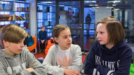 Anna Lehmusvaara, 13, on ottanut useita lisälomia koulusta. Anna on kuvassa keskellä. Kuvassa myös Veeti Lemmetyinen, 12, ja Venla Kaivola, 12.