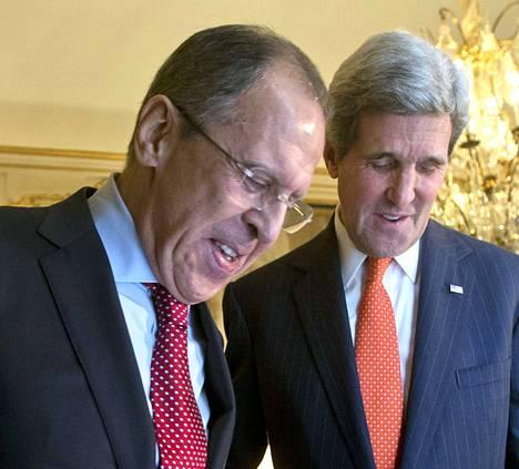 Ulkoministerit Sergei Lavrov (vas.) ja John Kerry.