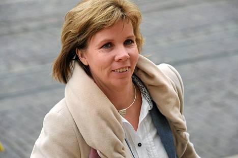 Oikeusministeri Anna-Maja Henriksson saapumassa Säätytalolle hallituksen kehysneuvotteluihin maaliskuussa.