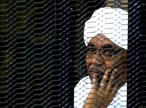 Sudanin entinen presidentti Omar al-Bashir vastasi syyskuussa korruptiosyytöksiin oikeudessa häkin sisältä.