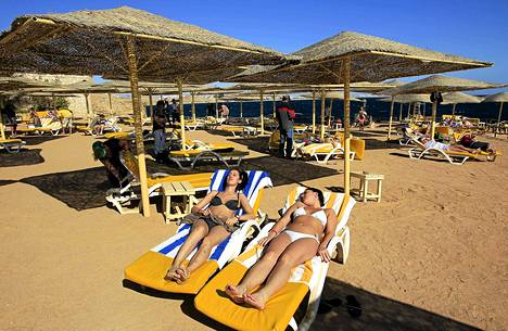Turistit nauttivat auringosta Sharm el-Sheikhissä Egyptissä tiistaina.