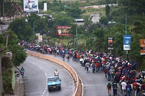 Sunnuntaina Guatemalan turvallisuusjoukot pysäyttivät tuhansia Yhdysvaltoihin pyrkiviä Vado Hondossa lähellä Hondurasin rajaa. Kuvassa on karavaanissa vaeltavia ihmisiä Chiquimulassa, Guatemalassa.
