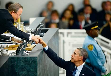 Yhdysvaltain presidentti Barack Obama kätteli YK:n pääsihteeriä Ban Ki-moonia puheenvuoronsa jälkeen YK:n yleiskokouksessa tiistaina.