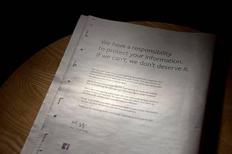 Facebook julkaisi monissa brittilehdissä kokosivun ilmoituksen, jossa pyydettiin anteeksi käyttäjien tietojen vuotamista yhtiöstä.