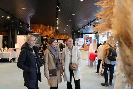 Annimari Mäkelä, Laura Tajas ja Taru Kivi kävivät Hyvinkään Sveitsissä maaliskuussa järjestetyillä hää- ja polttarimessuilla. Kolmikon mielestä sopiva ajankohta polttareille on noin kuukausi tai pari ennen häitä.