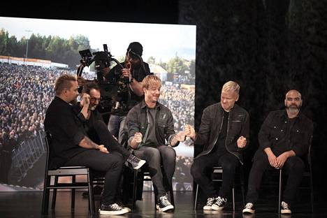 Sunrise Avenue -yhtye kuvasi viimeiseksi jäävää musiikkivideotaan Herttoniemessä marraskuussa 2019. Vasemmalta: Sami Osala, Riku Rajamaa, Samu Haber, Osmo Ikonen ja Raul Ruutu.