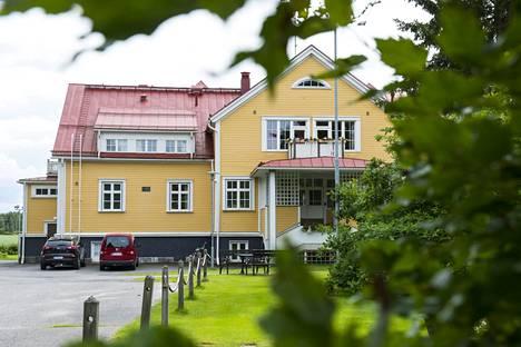 Apulaisoikeusasiamiehen Muhoksen Pohjolakotiin ja Iitin Loikalan kartanoon tekemät tarkastukset vuonna 2018 nostivat julkisuuteen useita laittomuuksia sijoitettujen nuorten kohtelussa.