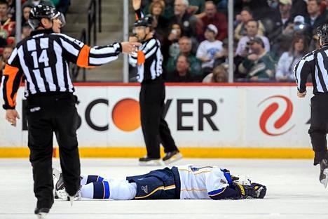 St. Louisin hyökkääjä T.J. Oshie makasi jään pinnassa Mike Ruppin taklauksen jäljiltä.