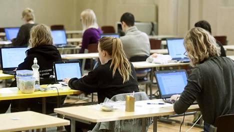 Kokelaat valmistautuivat tekemään sähköisen ylioppilaskirjoituksen Ressun lukiossa viime vuoden maaliskuussa.