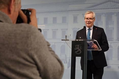 Pääministeri Antti Rinne tiedotustilaisuudessa Vationeuvoston linnassa perjantaina.