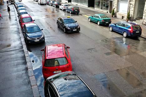 Tieliikennelain kokonaisuudistus tuli voimaan kesäkuussa. Taajamissa saa jatkossa pysäköidä tien vasemmassakin laidassa kulkusuuntaan nähden.