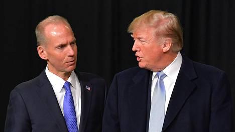 Yhdysvaltain presidentti Donald Trump ja Boeing-yhtiön toimitusjohtaja Dennis Muilenburg vuosi sitten otetussa yhteiskuvassa.