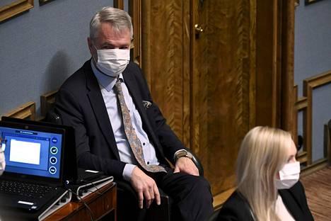 Ulkoministeri Pekka Haavisto sai luottamuksen äänin 101–68 eduskunnassa 15. joulukuuta pidetyssä äänestyksessä. Edessä vihreitten puheenjohtajaa, sisäministeri Maria Ohisalo.