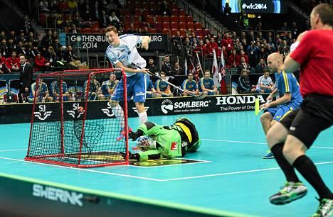 Eemeli Salin on kuulunut Suomen onnistujiin MM-turnauksessa. Tässä hän vie Suomen 1-0-johtoon Ruotsia vastaan.