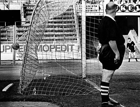 """<span class=""""korostus"""">Jalkapallo-ottelu Olympiastadionilla.</span> """"Urheilu on sykähdyttänyt aina. Kun suomalainen voittaa, sitä herkistyy, vaikka olisikin töissä. Pyrin aina menemään vähän erikoisiin kulmiin odottamaan, että jotain tapahtuu. Meillä oli usein isommissa kisoissa useampi kuvaaja liikkeellä, toinen sai keskittyä yksityiskohtiin."""""""