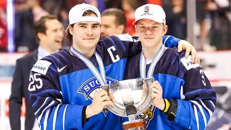Nuorten Leijonien kapteeni Aarne Talvitie ja puolustaja Toni Utunen juhlivat maailmanmestaruutta pokaali käsissään Rogers Arenalla Vancouverissa.