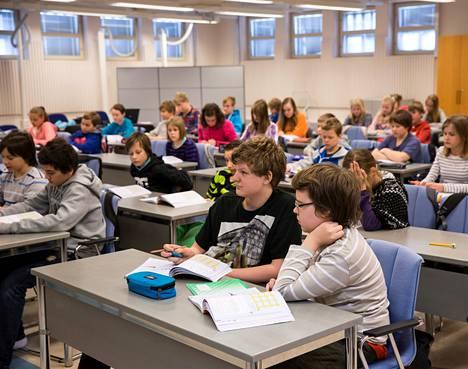Nummelan kuudesluokkalaiset opiskelevat väliaikaisissa tiloissa Vihdin virastotalolla. Luokassa on vajaat 60 oppilasta. Eturivissä Roni Oksanen (vas.) ja Veeti Viljanen.