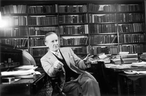 Taru sormusten herrasta -romaanin kirjoittaja J. R. R. Tolkien vuonna 1955.