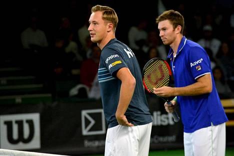 Henri Kontinen (vas.) ja John Peers valmistautuvat Tennisliigan nelinpeliotteluunsa Talissa.