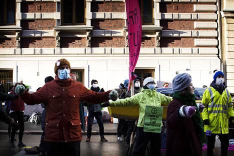 Elokapinan mielenosoittajat tekivät välillä taukojumppaa mielenosoituksessa Mariankadulla Helsingin Kruununhaassa keskiviikkona.