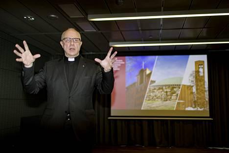 Meilahden seurakunnan kirkkoherrana toiminut Hannu Ronimus esitteli Triplan uutta seurakuntakeskusta tammikuussa 2018. Nykyään Ronimus on Töölön kirkkoherra.