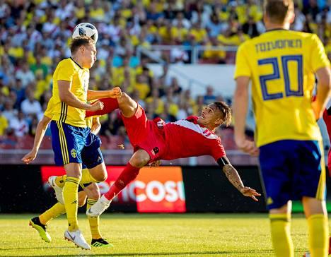 Ruotsin puolustaja Ludwig Augustinsson taisteli Perun Paulo Guerreron kanssa pallosta ystävyysottelussa Göteborgissa ennen MM-kisoja.