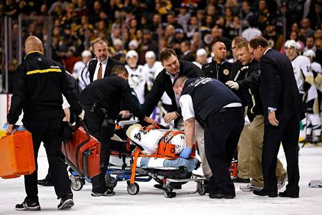 Pittsburghin Brooks Orpik kuljetettiin paareilla pois jäältä Bostonin Shawn Thorntonin lyötyä häntä kahdesti päähän.