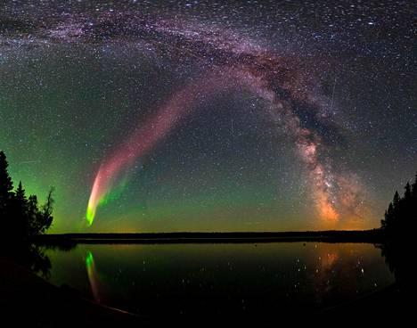 Steve (vas.) ja Linnunrata Childs Lake -järven yllä Kanadan Manitobassa vuosi sitten elokuussa.