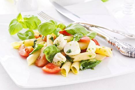 Kylmennetyssä pastassa on resistenttiä tärkkelystä. Siksi pastasalaatti on hyvä lounasvaihtoehto.