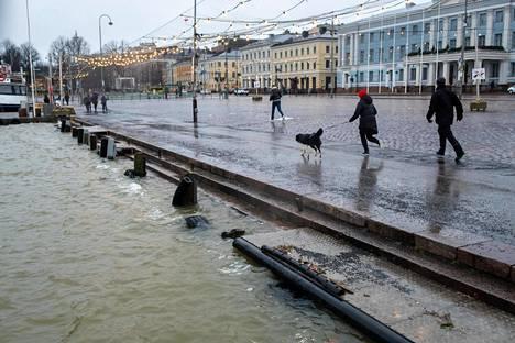Kovat länsituulet ja voimakkaat sateet nostivat vedenpintoja muun muassa Helsingin kauppartorilla viime lauantaina.